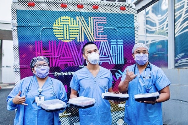 Medical workers with food from Every1ne Hawaii